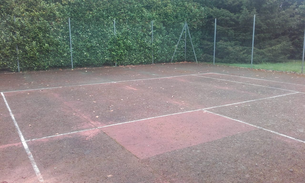 renovation-court-de-tennis-en-beton-poreux-a-roman-avant