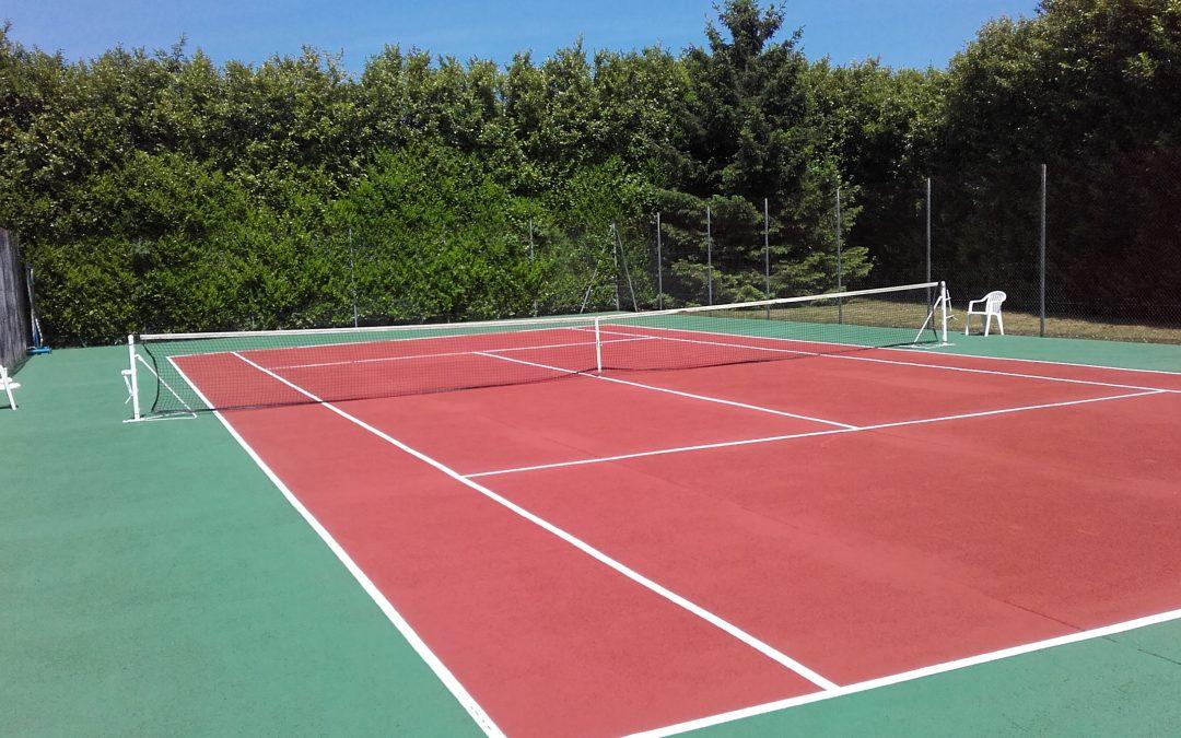 Rénovation d'un court de tennis en béton poreux à Roman