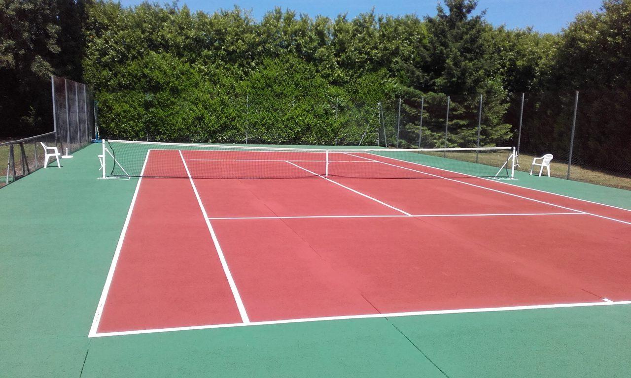 Vue complète de la rénovation du court de tennis en béton poreux par Tennis Multi Services à Roman