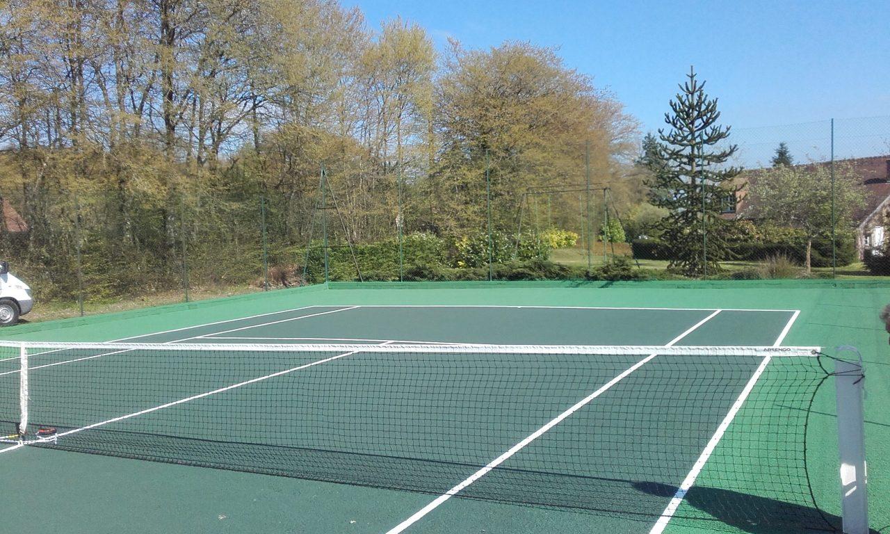 Vue complète de la Rénovation d'un court de tennis en béton poreux par Tennis Multi Service à La Chapelle-Viel