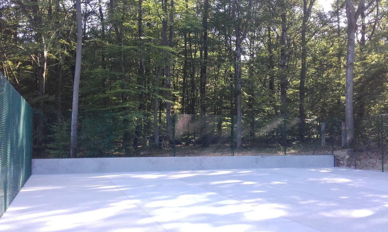 tennis-beton-poreux-chape-cloture-fini-menille