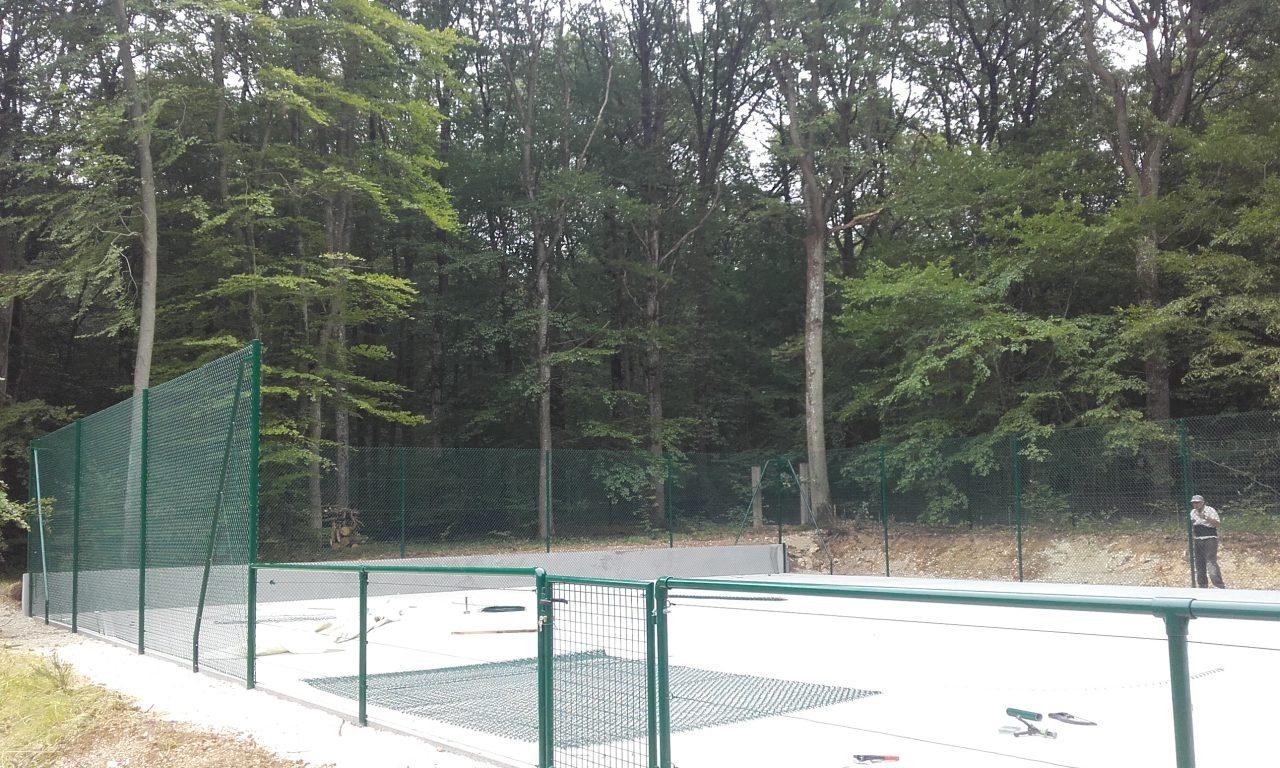 tennis-beton-poreux-cloture-milieu-menille