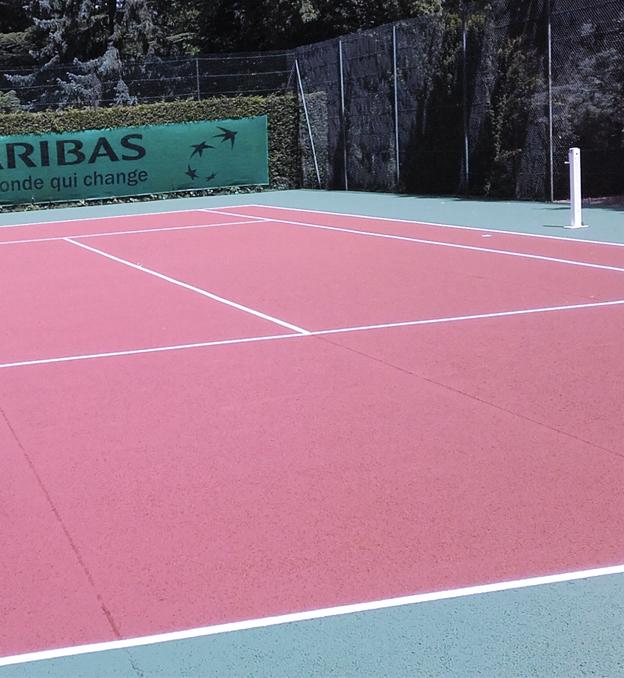 Rénovation et entretien d'un court de tennis béton poreux